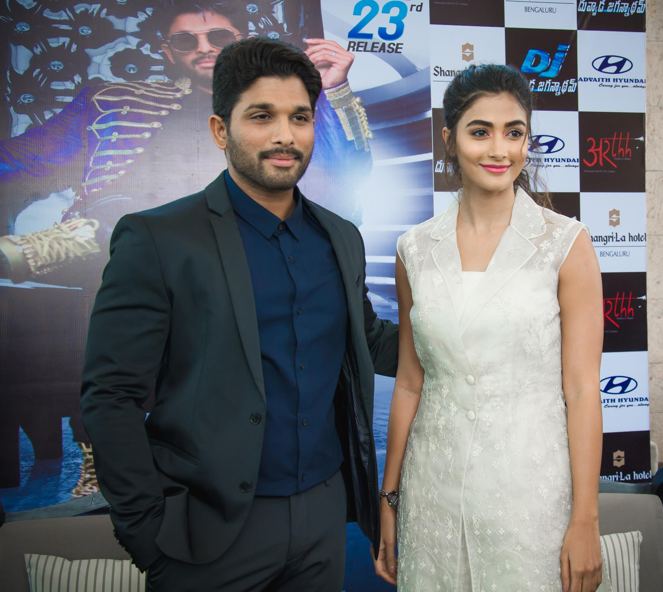 http://www.andhravilas.net/media/Gallery/Allu-Arjun-Pooja-Hegde-at-DJ-Press-Meet-in-Bengaluru-1261893/thumb/7081.jpg
