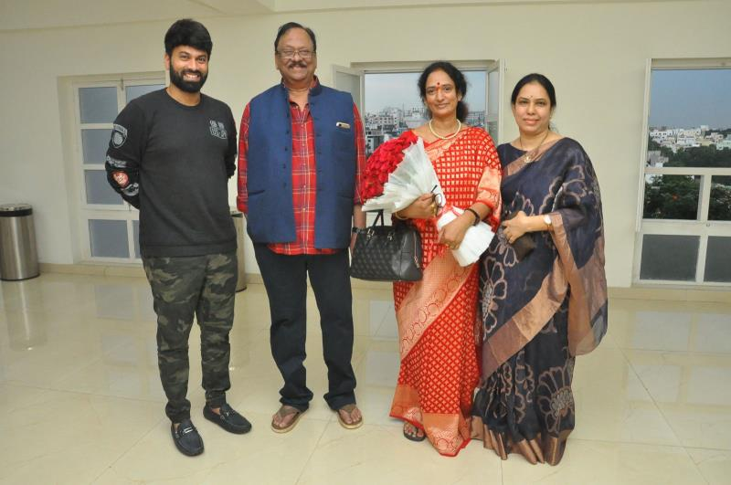 http://www.andhravilas.net/media/Gallery/Krishnam-Raju-Family-Watched-it-Raju-Gari-Gadhi-2-Movie-1262980/thumb/2021.jpg