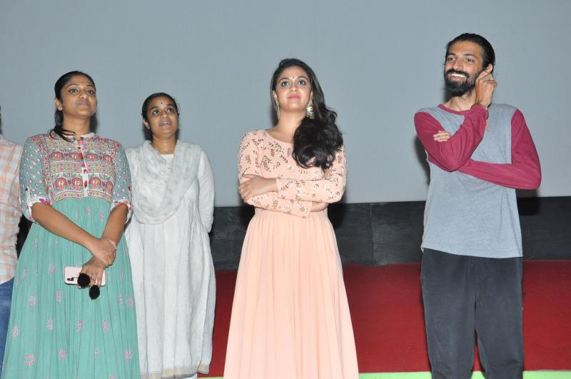 http://www.andhravilas.net/media/Gallery/Mahanati-Team-Theatre-Coverage--1265130/thumb/1327.jpg