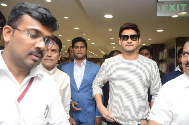 http://www.andhravilas.net/media/Gallery/Mahesh-Babu-launches-Home-Needs-Section-At-Chennai-Silks-1265641/thumb/9446.jpg