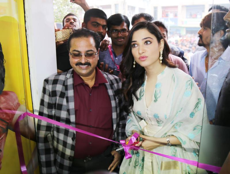 http://www.andhravilas.net/media/Gallery/Tamanna-launch-B-New-50th-Mobile-Store-at-Vijayanagaram-Photos-1264510/thumb/6247.jpg